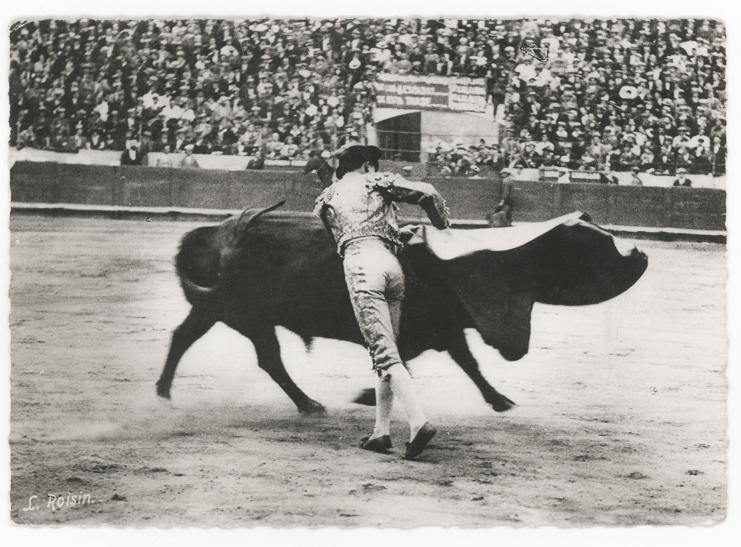 L. Roisin, Corrida de toros. Una Veronica. 1940s. Silver print postcard.